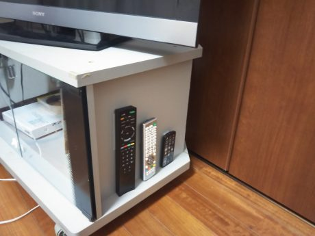 リモコン置き場はテレビ台の壁!賃貸でも100均で問題解決♪